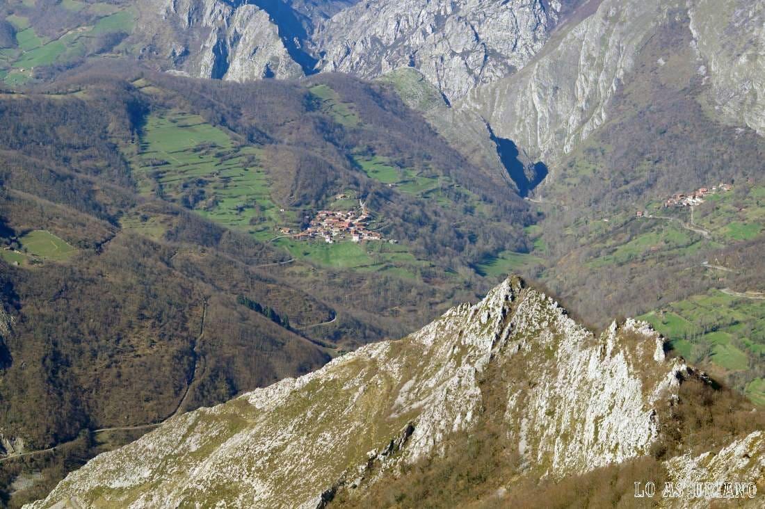 Xerra Coxíos y la xerra Marangueru, forman el estrecho rocoso, por el que fluye el río Ponga.