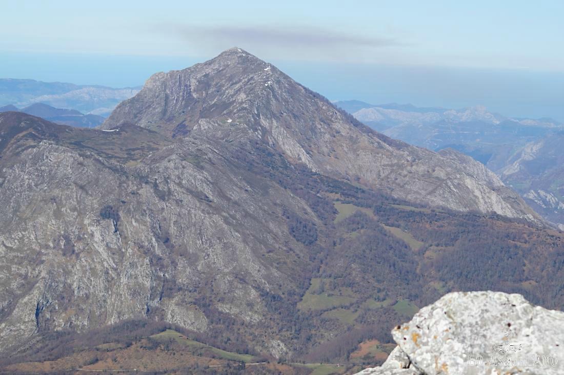 Zoom hacia el pico Pierzu y las tierras del concejo de Amieva, desde la cima del Recuencu.