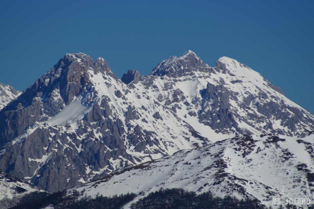 Zoom hacia las cumbres de Picos de Europa.