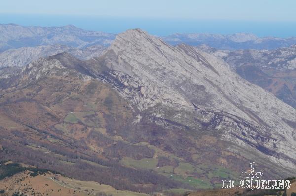 En el horizonte el pico Carriá, desde la cima del pico Recuencu, en el concejo de Ponga.