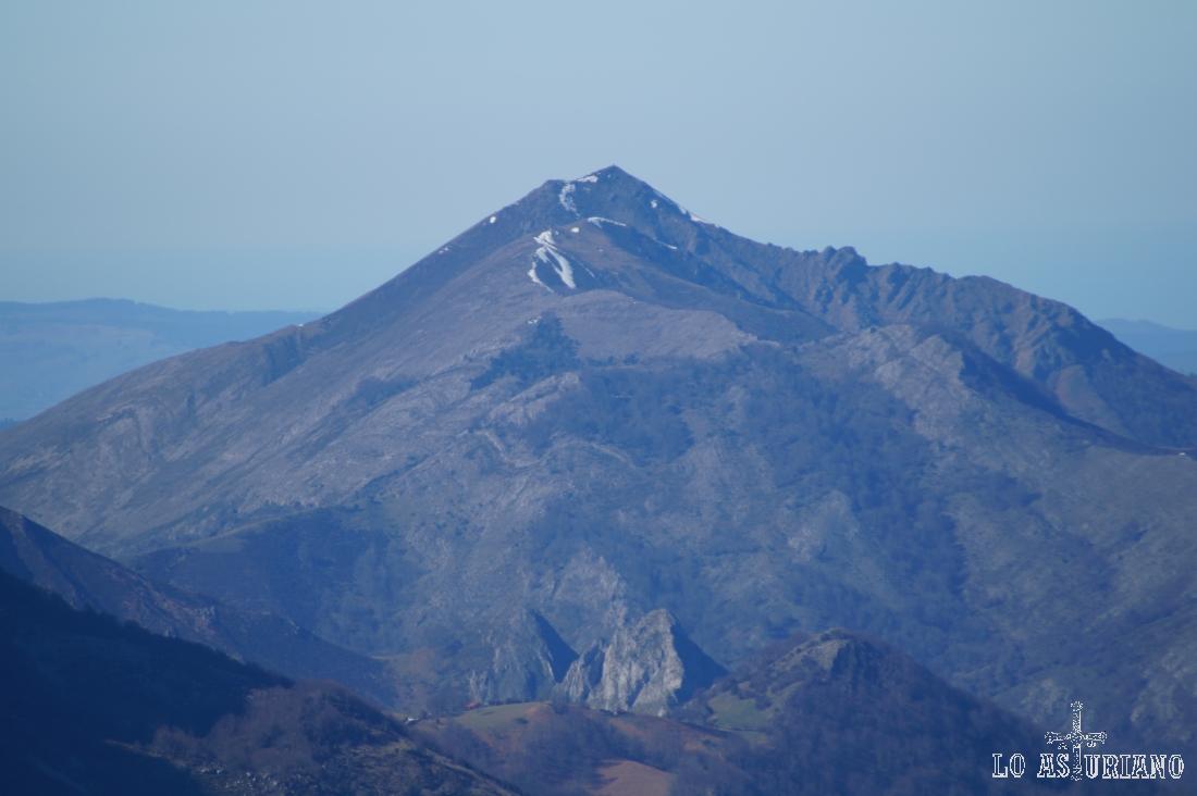 Zoom desde el Recuencu; no localizamos el nombre de la cima.