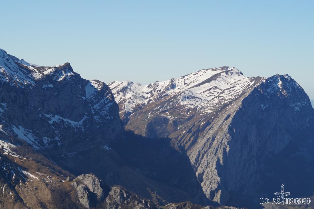 A la derecha, la peña Taranes, en la divisoria del Parque Natural de Redes y el de Ponga.