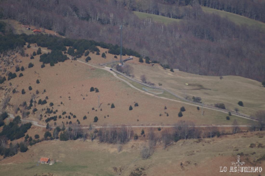 Zoom desde la cima del Recuencu, hacia Les Bedules; podemos ver perfectamente la pasarela de madera.