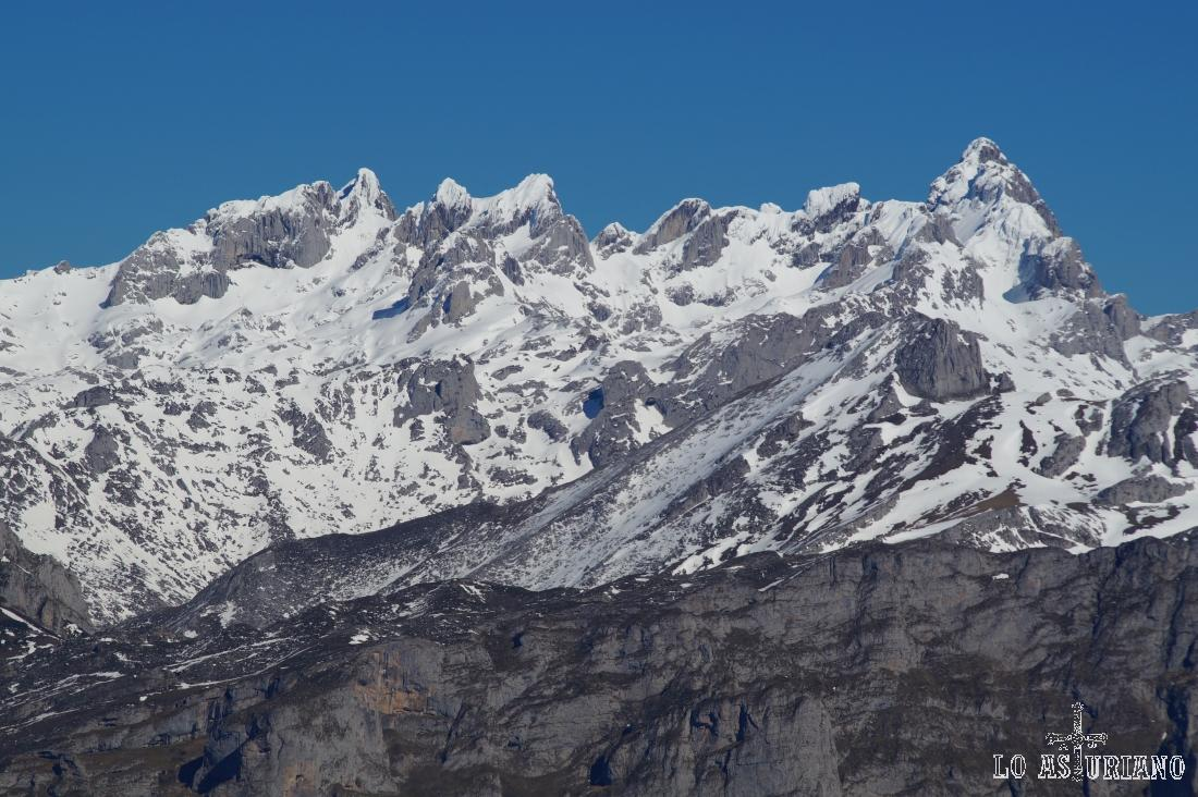 Esta es la estampa que tenemos de los Picos de Europa, desde la cima del Recuencu; tirando de zoom, eso si.