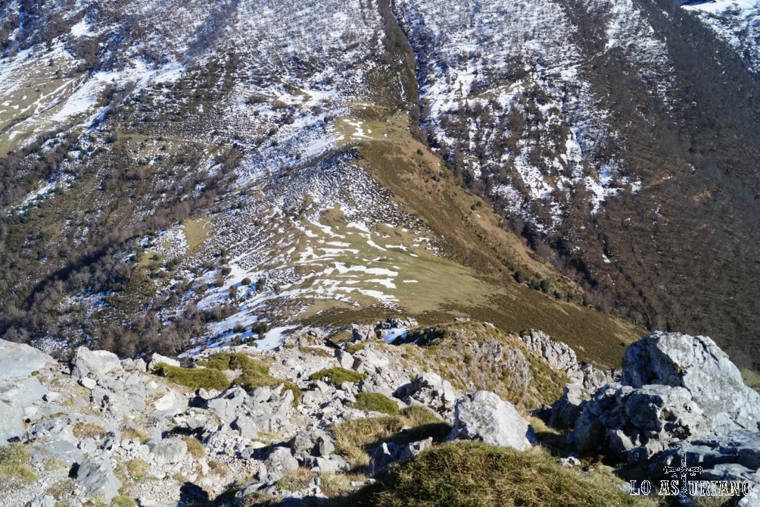 Esta es la caída de 250 metros, que hay desde la cima del Recuencu, hasta la collada de Les Caldes.