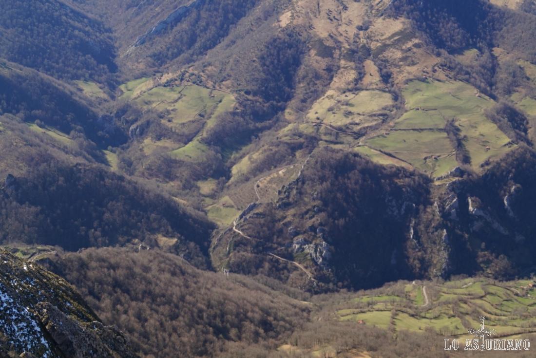 El valle del río Ponga, con sus bosques, praus y preciosos recobecos.