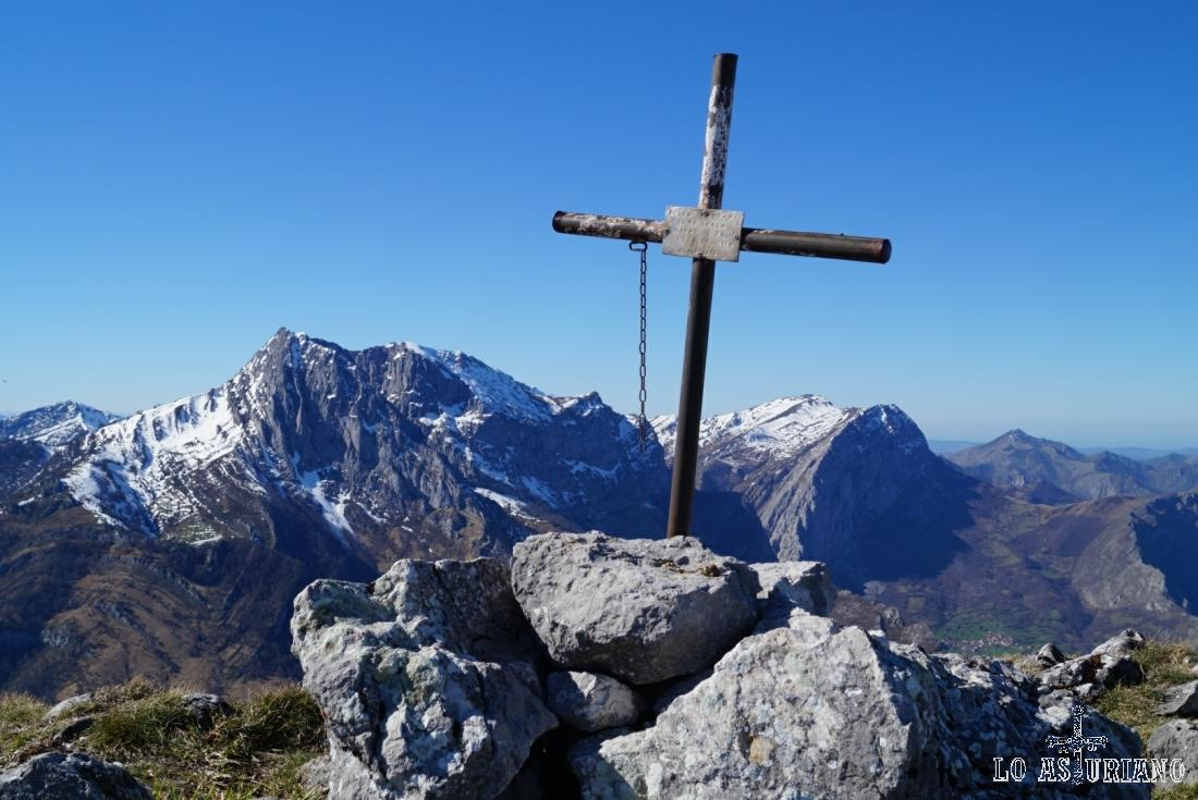 Cruz de la cima del Recuencu, concejo de Ponga.