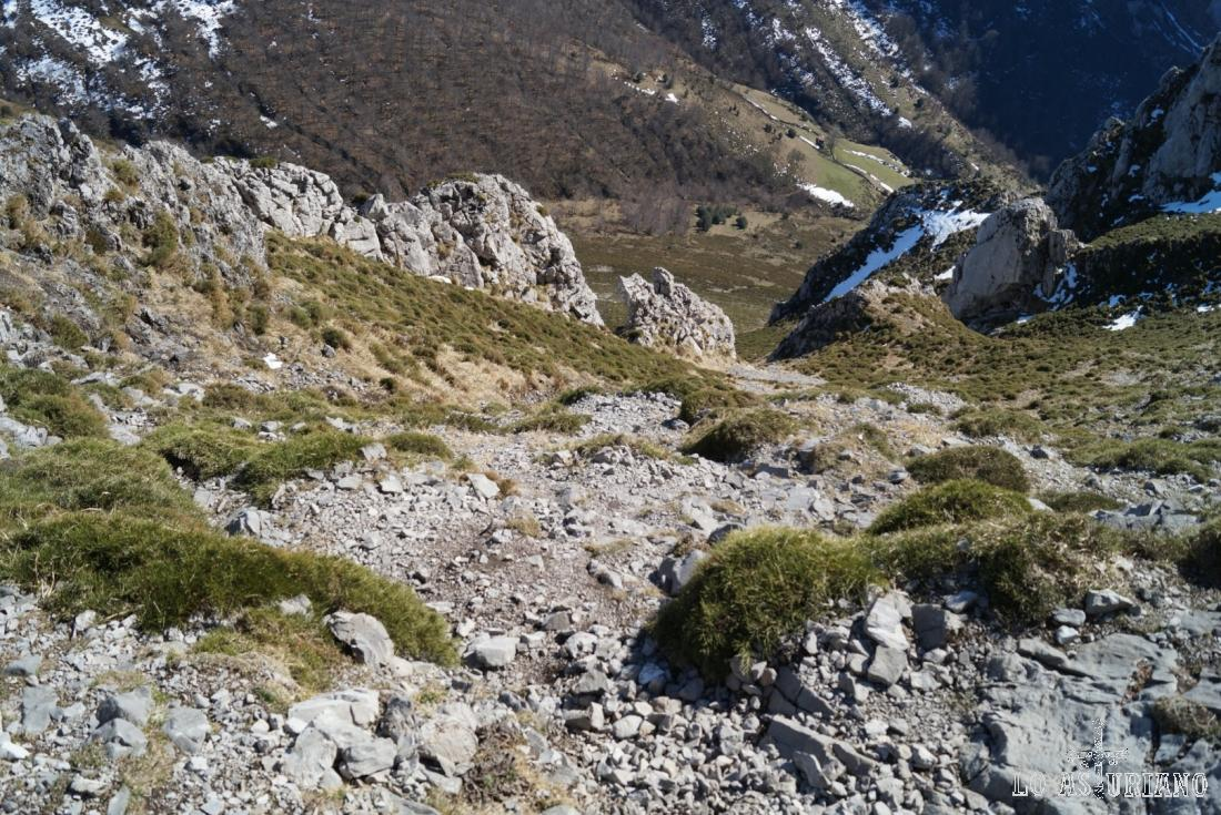 Caídas pedregosas y pindias desde la cima del Recuencu.
