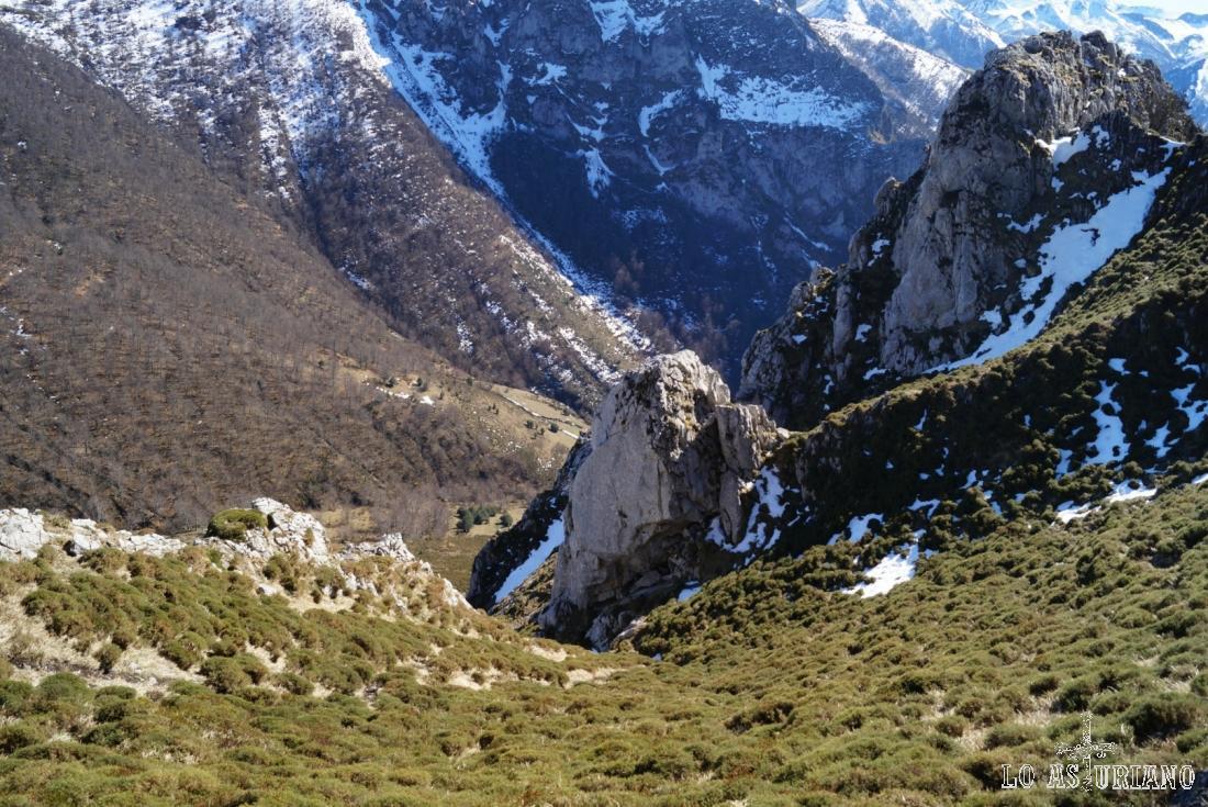 Esta estrechura y valle corresponde al valle del río Vallizón.