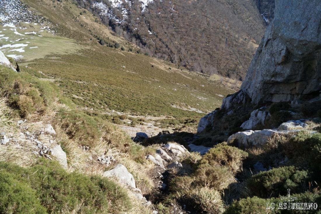 El descenso del Recuencu siguiendo los pasos del ascenso; hay mucha piedra suelta, así que cuidadín.