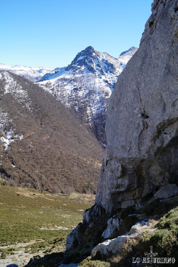 Bajando con las vistas del pico Luengu.