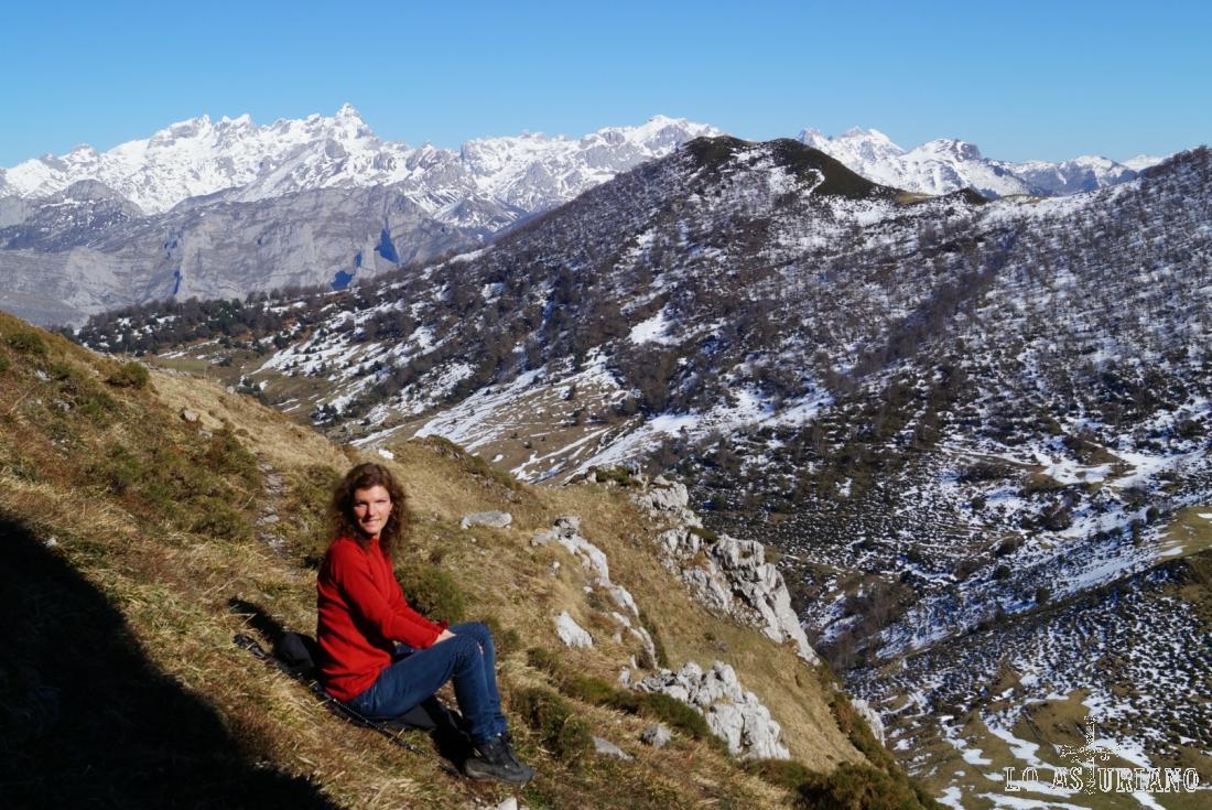 En la ladera este del pico Recuencu, con vistas del Rasu en primer término y de Picos de Europa, al fondo.