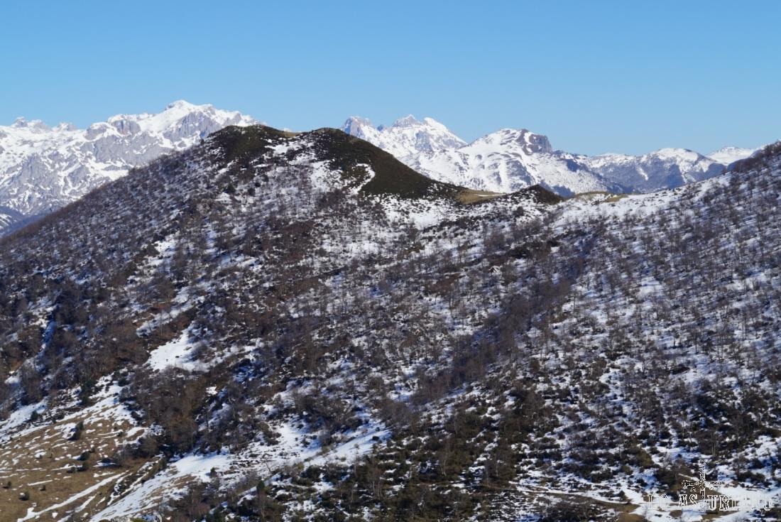 El Rasu, con 1619 metros, tapándonos ya los Picos de Europa.