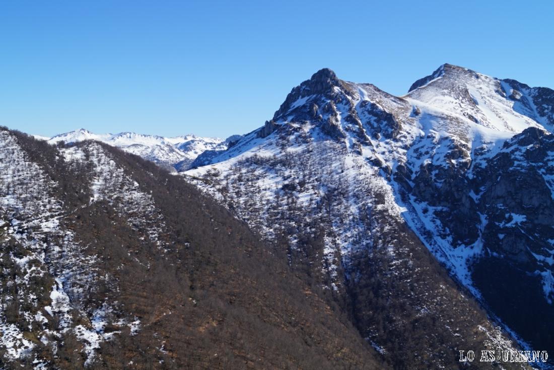 La collada Pumerín, a 1515 m, el Luengu, de 1785 m y el collau Zorru, con 1844 m.