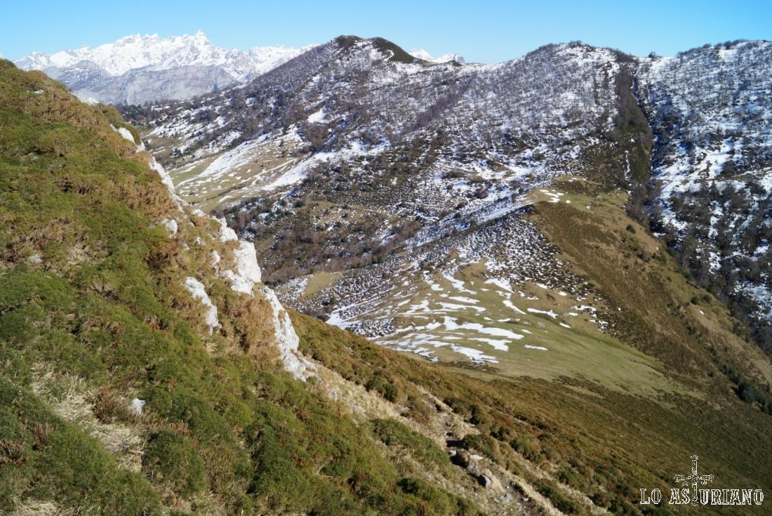 A la derecha, en la zona más verde, el Escalín y la collada les Riegues, a 1547 metros.