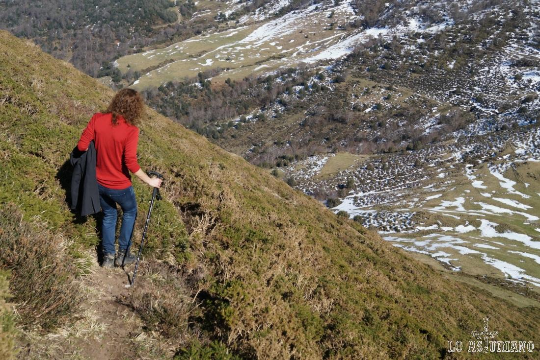 El valle Cabañín, por el que corre la riega les Follagues y el río la Moral.