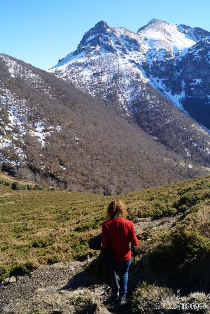 Desde la collada Les Caldes, podemos tomar la senda que sube a la collada Pumerín y luego seguir hasta el Zorru.