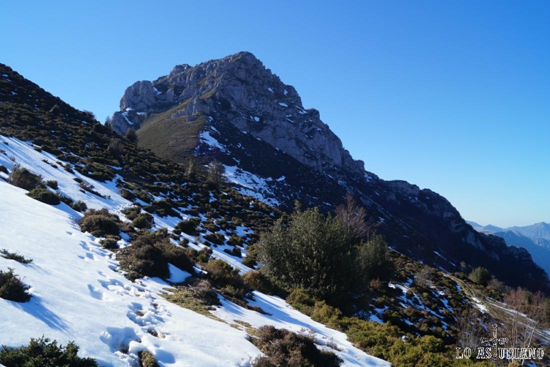 Vamos dejando atrás la hermosa cima del pico Recuencu.