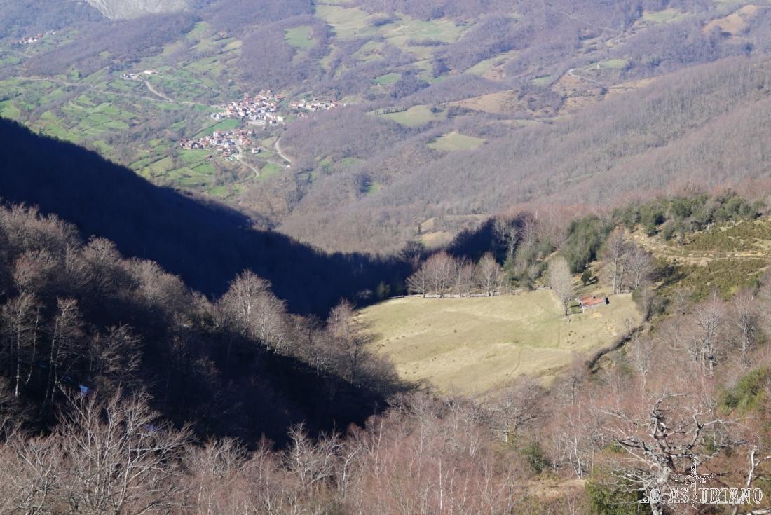 Brañas de Los Llinariegos, La Frasuela, el Torneru en este valle Cabañín, con Beleño de fondo.