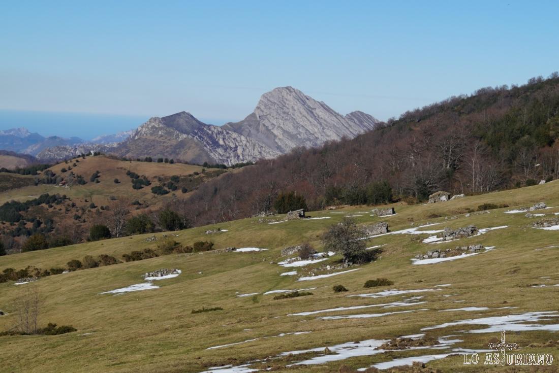 La preciosa cima inclinada del Carriá, que tiene caídas verticales de muchas decenas de metros.