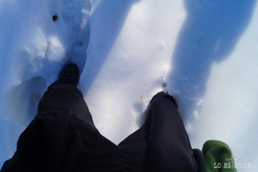 Confirmación del espesor de la nieve en la pista.