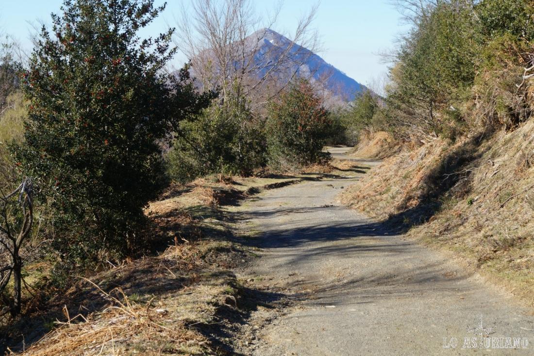 El pico Pierzu desde la pista.
