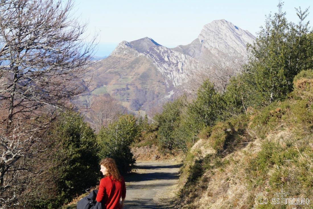 El magnífico Carriá, con la característica mole de roca inclinada en la cima.