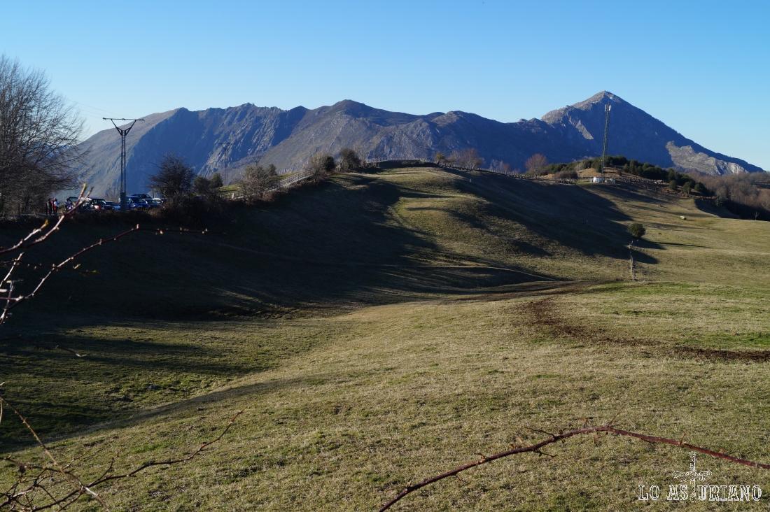 La sierra de Aranga, el Pierzu, presentes en gran parte de la ruta.