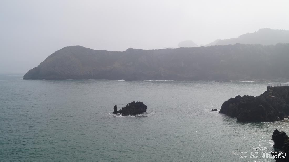 Punta Aviao, y detrás la zona del Cabo Torres, en el extremo oeste de Gijón.
