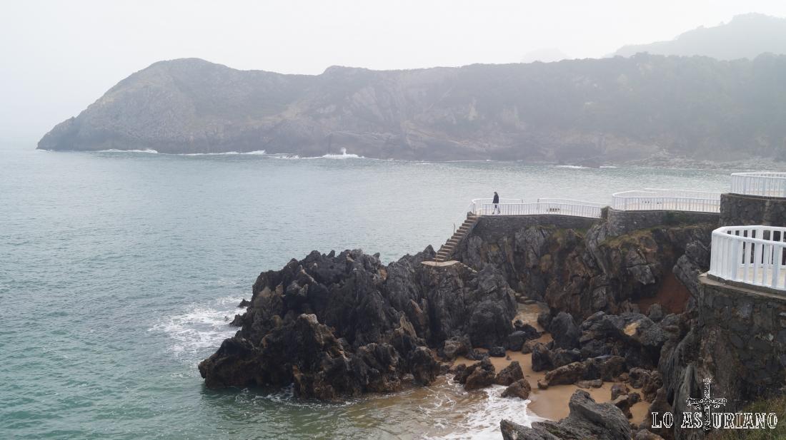 Se entrevé la playa de Carranques y detrás del saliente con las escaleras, está la de Madrebona.