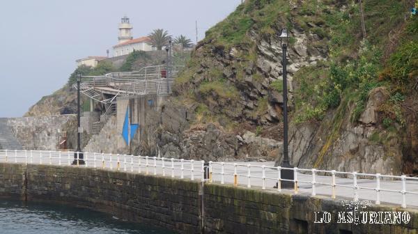 Faro de Cudillero, sito en la Punta Roballera.