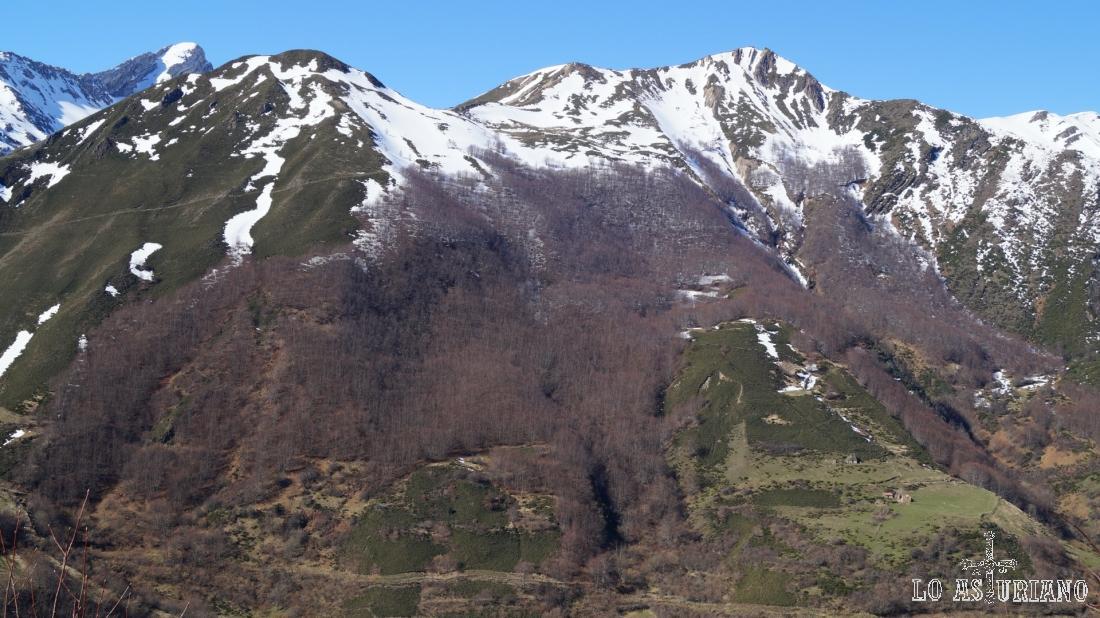 Casas de Chaneces, en la zona de praderías, y siguiendo su ladera, el pico La Gata, de 1718 metros.