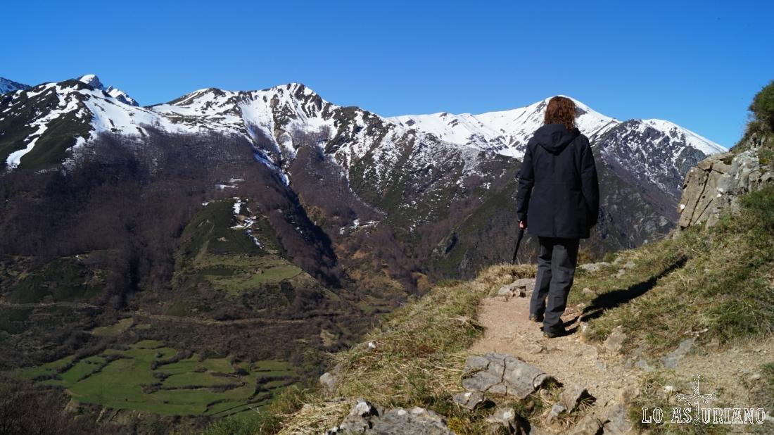 La senda está literalmente colgada del precipicio, con unas vistas maravillosas del valle de Somiedo.