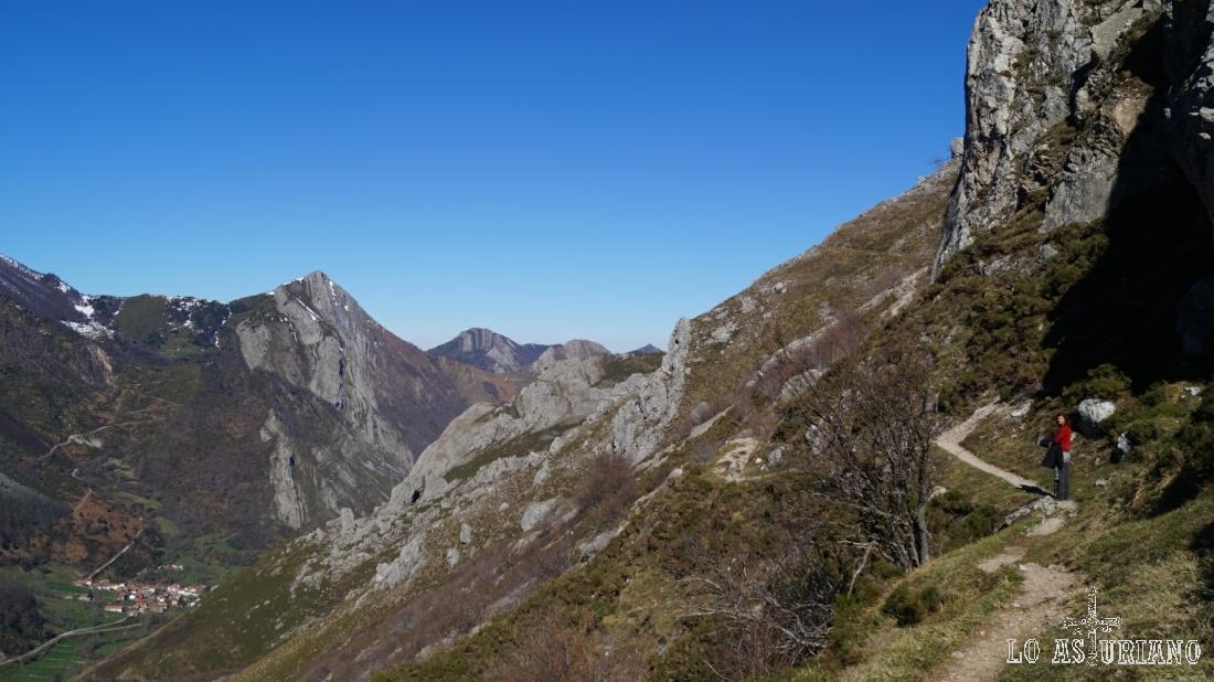 La peña Mochada y Caunedo nos acompañan en todo momento durante este tramo de la senda.