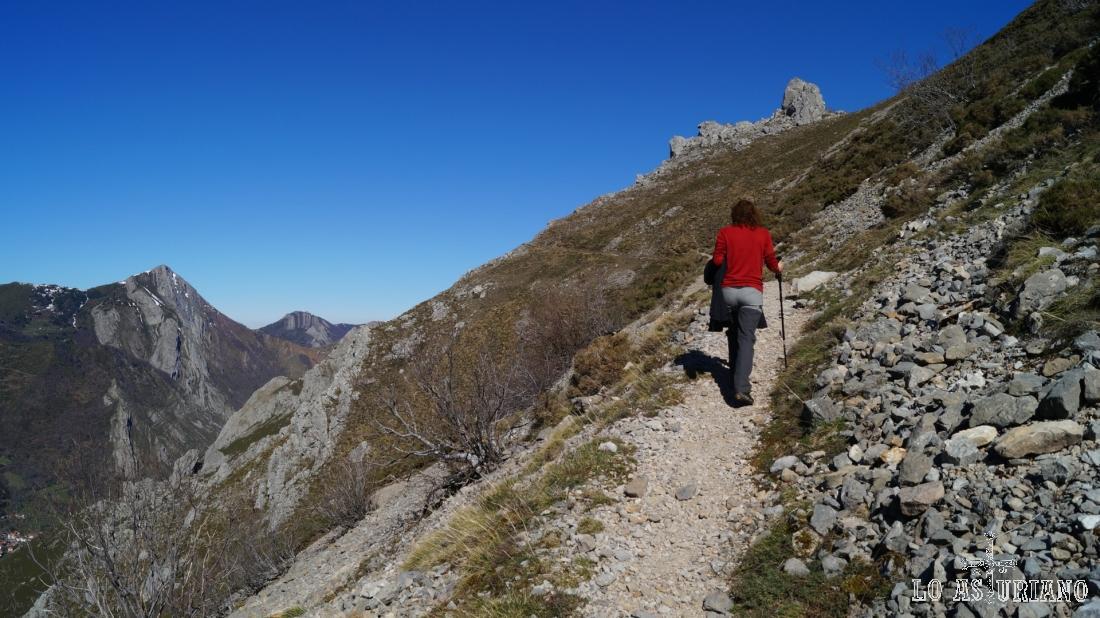 Por la escarpada ladera de la sierra de Peñalba.