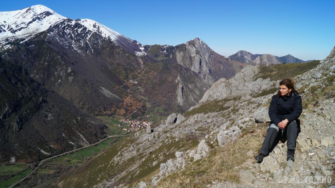 Descansito en la ruta, en esta atalaya sobre Caunedo y los praus del valle.