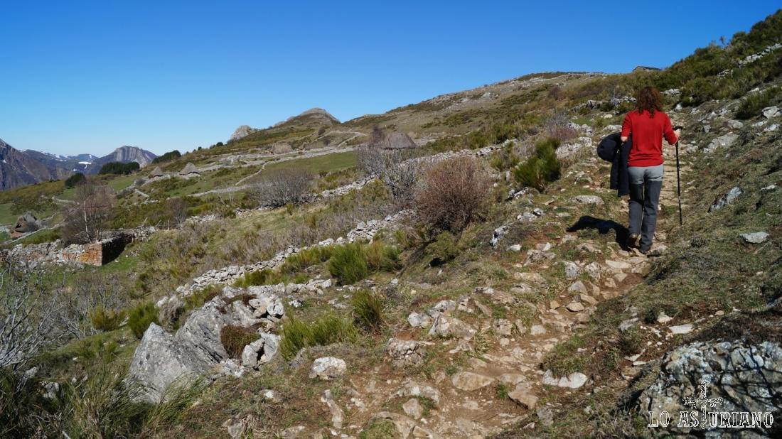 Seguimos subiendo hacia la Fuente del Caño.