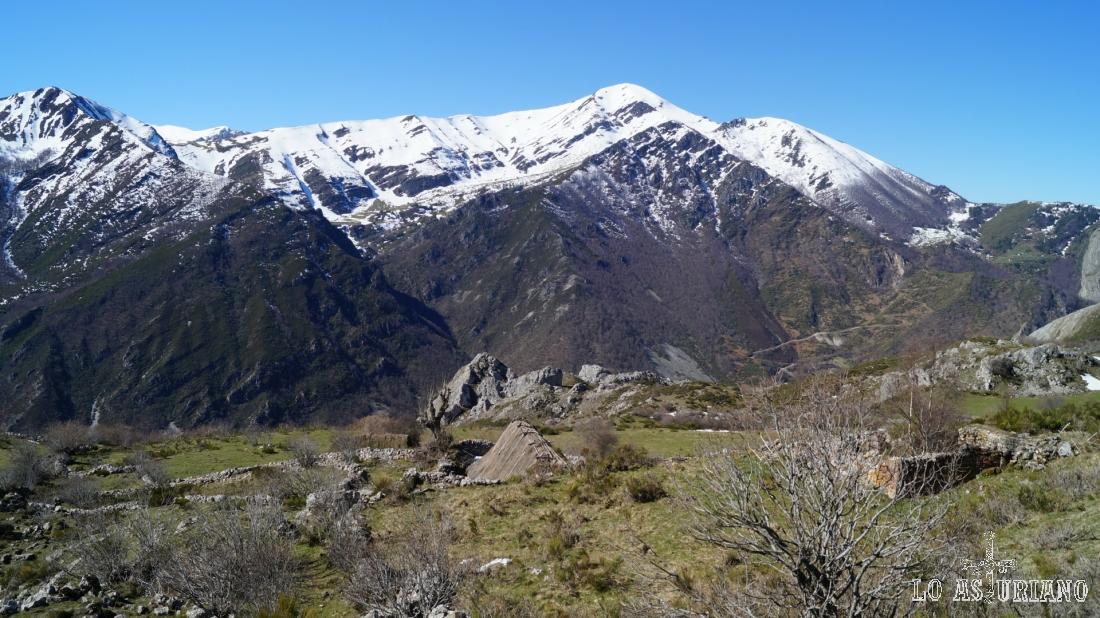 El Mocosu (Mocoso en algunos mapas) es la cima mayor de la imagen, con 1989 metros de altura.