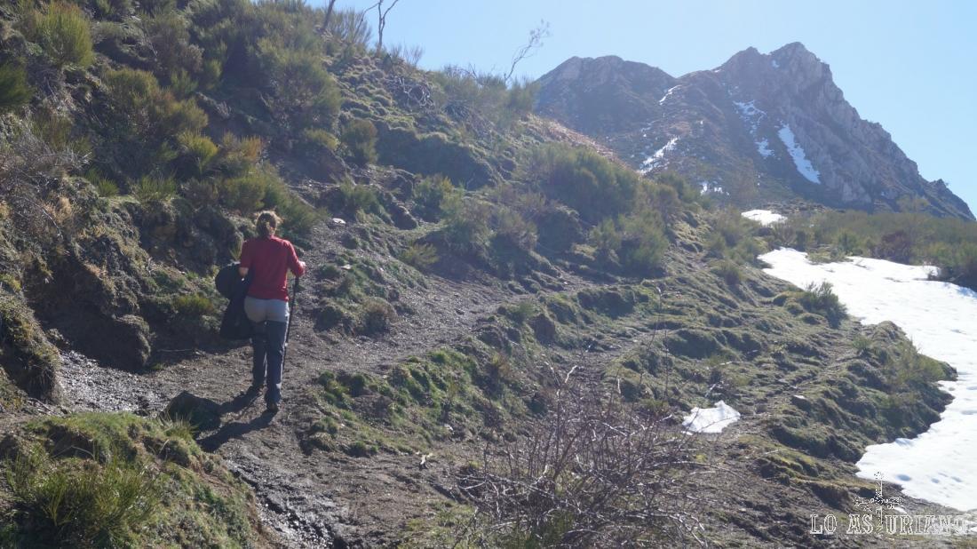 Tomamos este sentido de la senda: hacia Peña de Guá, que está al fondo.