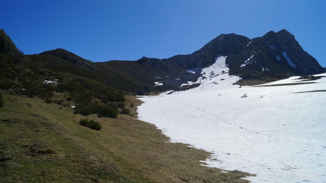 Nosotros vamos a subir al montículo de la izquierda. Desde el mismo tenemos ya unas fabulosas vistas al valle del Somiedo, al valle del Lago y también al valle del río Sousas. Si tienes más piernas, puedes subir a la peña de Guá, que tenemos a la derecha.