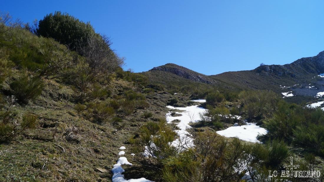 """Ahí tenemos el montículo, que es un buen """"mirador a 2 valles"""", aunque en realidad son 3. :)"""