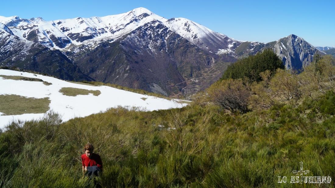 Realmente es posible hacer el mismo recorrido por el prado que hay detrás (nevado).