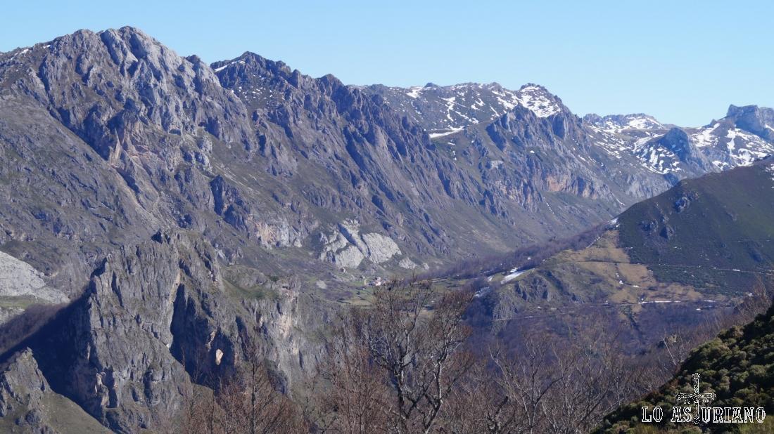 Abajo a la izquierda, la Peña Furada. A la derecha, arriba, el collado de Camayor, que da acceso a las vegas, camino hacia los lagos de Saliencia.
