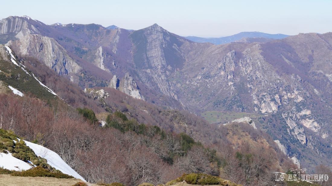 Peña Blanca, de 1588 metros, a la izda y en el centro, el Vildeu, con 1539 metros.