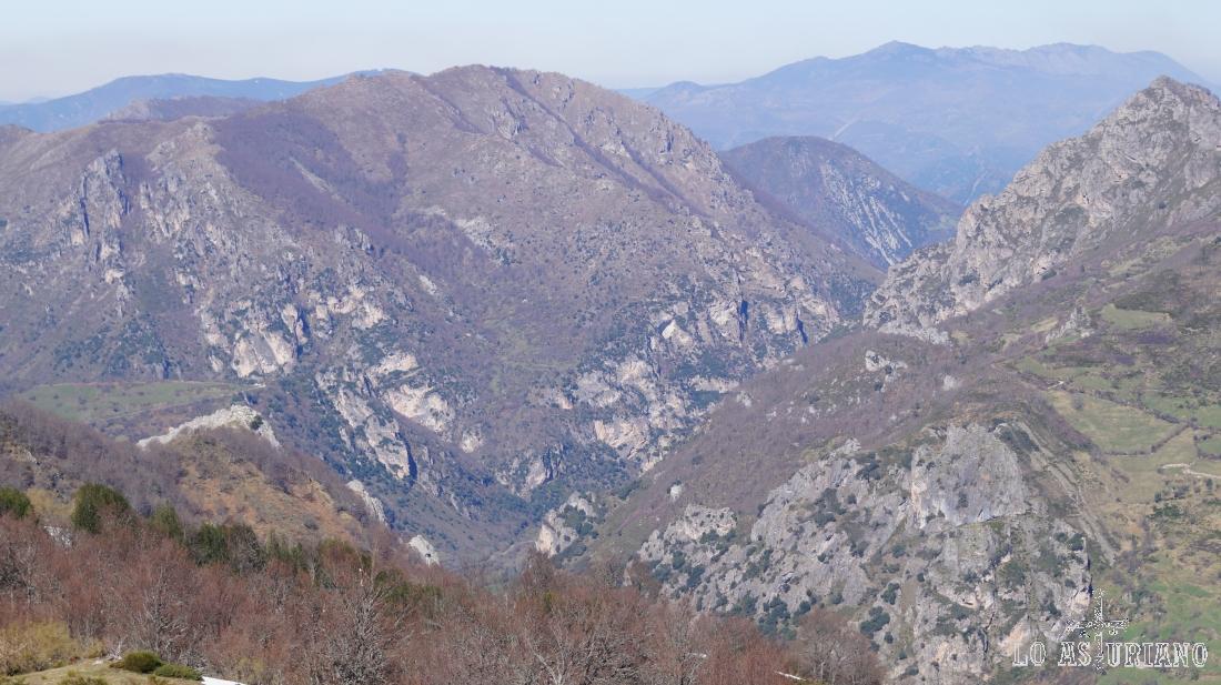 La sierra de Perlunes, a la izquierda, ya en el valle del Somiedo.