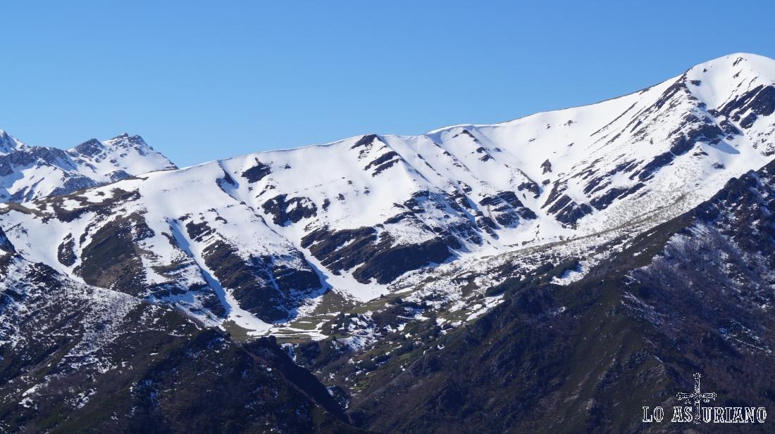 Larga ladera del pico Mocoso/Mocosu, al otro lado del valle.
