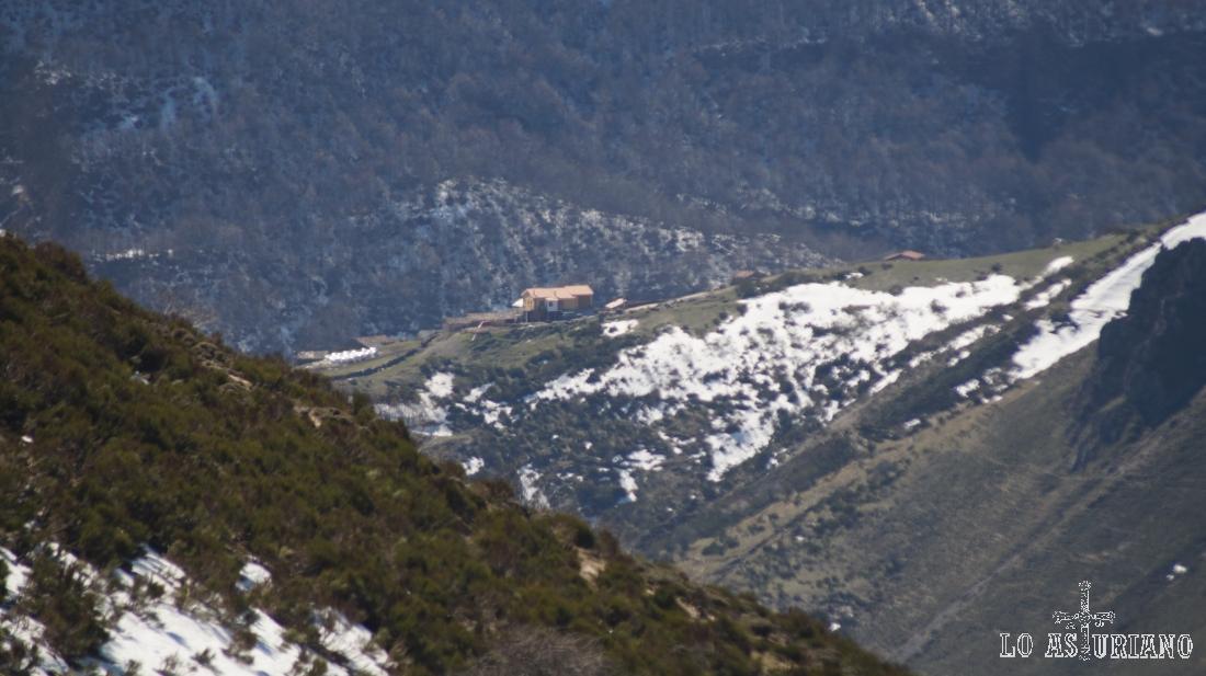 Casa en la aldea de La Peral, al otro lado del valle.