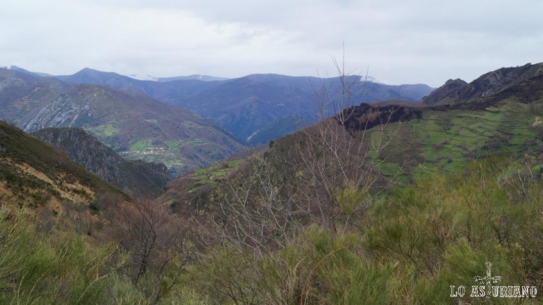 Valles, praderas y montañas del Parque Natural de Somiedo, desde el puerto de San Lorenzo.