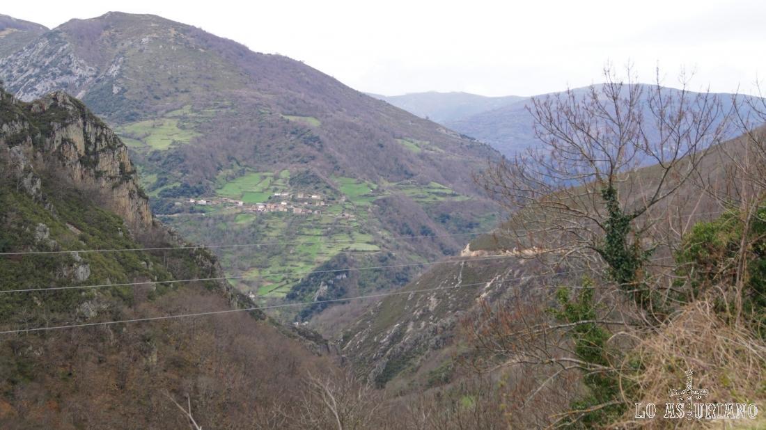 Las Viñas, rodeada de los verdes prados del pueblo, en el valle de Somiedo.