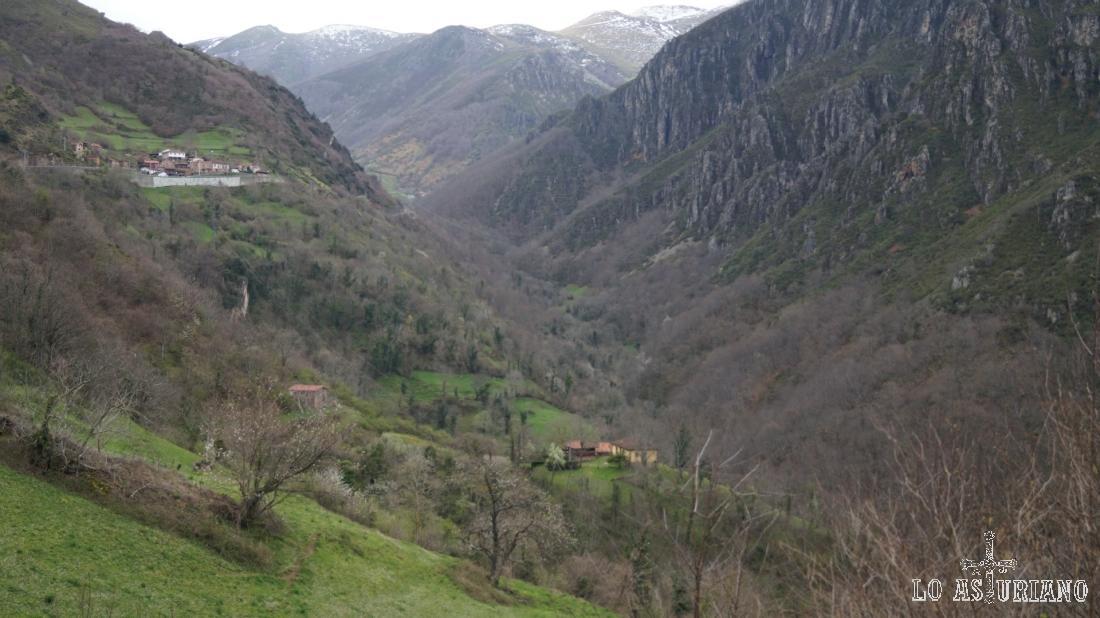 Valle del río de Las Morteras, en el entorno del puerto de San Lorenzo.